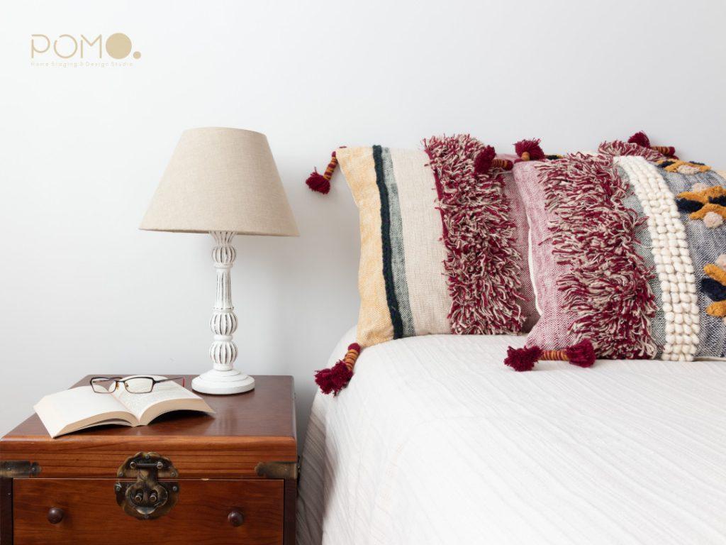 POMO. Home Staging en dormitorio principal en Príncipe Pío, Madrid. Detalle mesilla lámpara