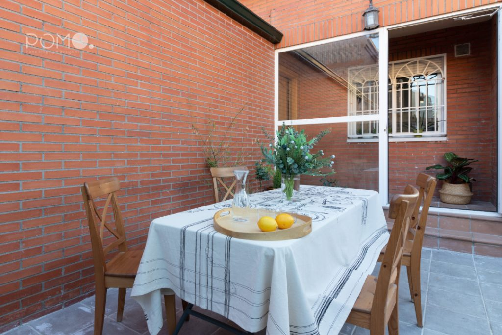 POMO. Home Staging en vivienda adosada en Loranca, Madrid. Zona de acceso. Vista entrada principal