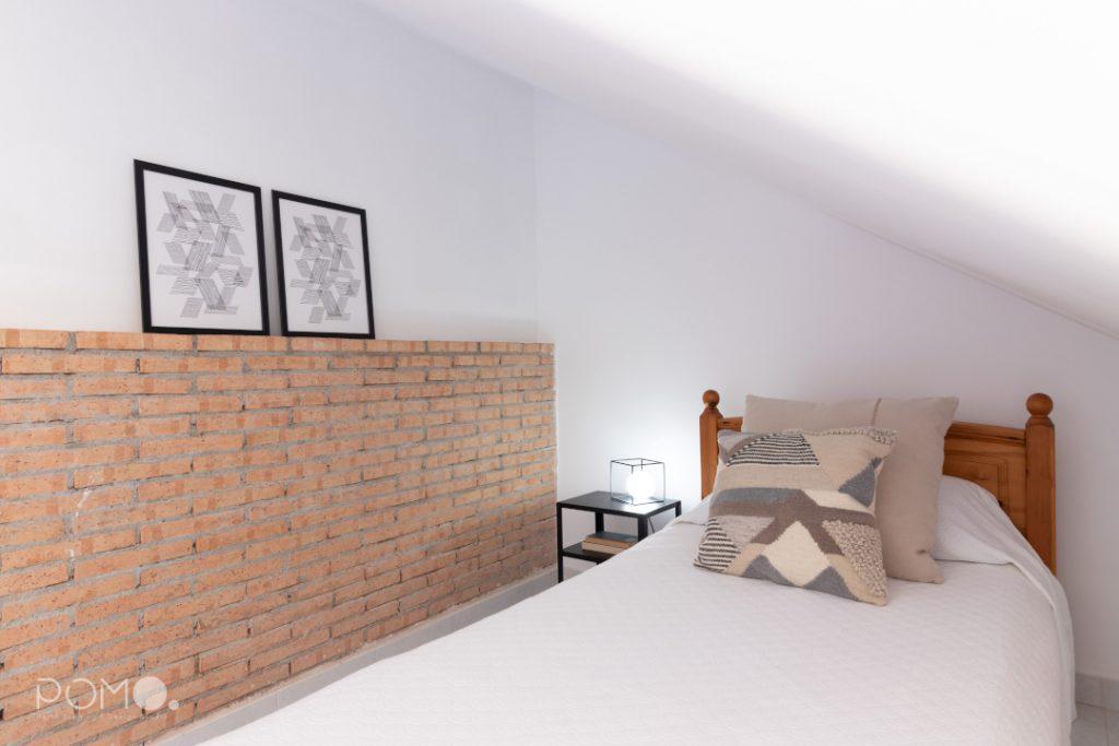 POMO. Home Staging en vivienda adosada en Loranca, Madrid. Zona descanso dormitorio abuhardillado 01