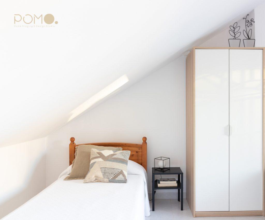 POMO. Home Staging en vivienda adosada en Loranca, Madrid. Zona descanso dormitorio abuhardillado 02