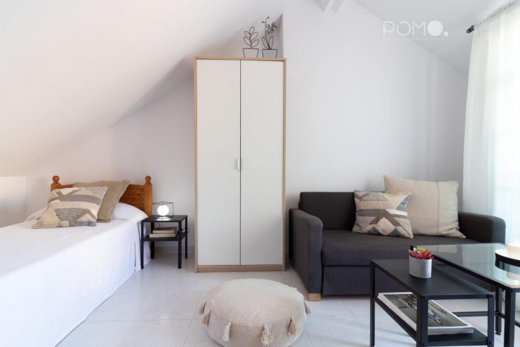 POMO. Home Staging en vivienda adosada en Loranca, Madrid. Zona descanso dormitorio abuhardillado 03
