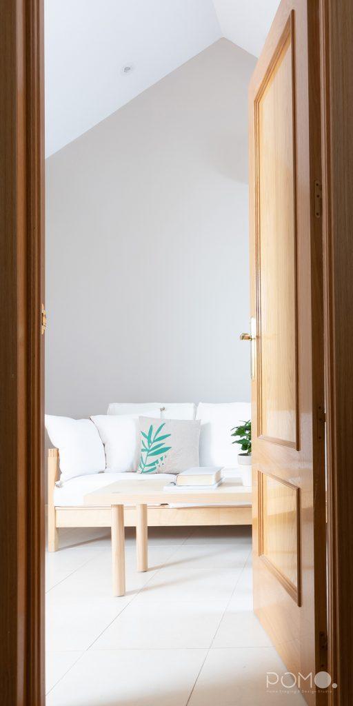 POMO. Home Staging en vivienda vacía en Móstoles, Madrid. Zona descanso abuhardillada