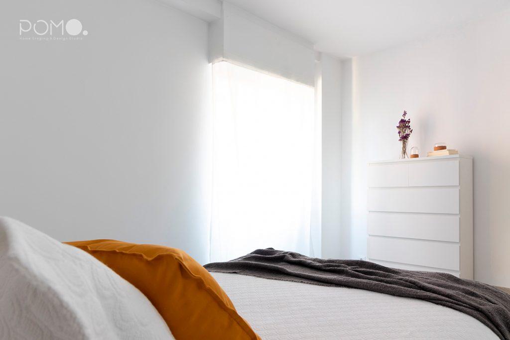 Home Staging en vivienda amueblada en Móstoles, Madrid. Relooking, puesta en escena y fotografía inmobiliaria. Detalle dormitorio principal.