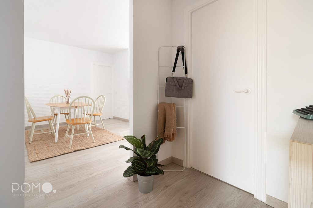 Home Staging en vivienda amueblada en Móstoles, Madrid. Relooking, puesta en escena y fotografía inmobiliaria. Entrada.