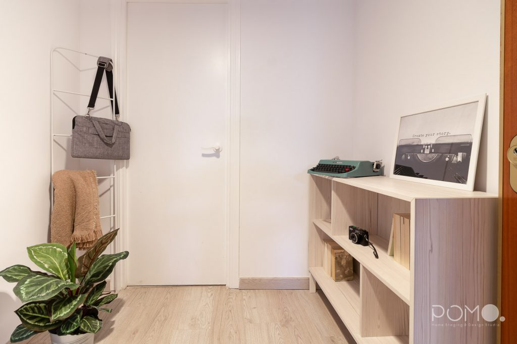 Home Staging en vivienda amueblada en Móstoles, Madrid. Relooking, puesta en escena y fotografía inmobiliaria. Detalle entrada.