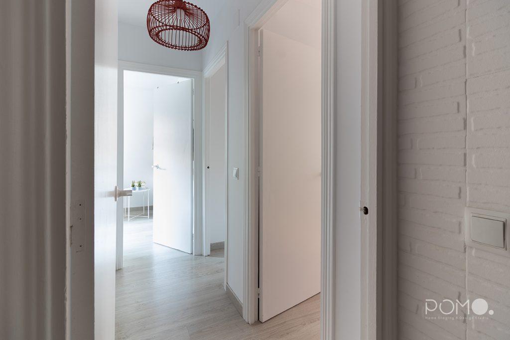 Home Staging en vivienda amueblada en Móstoles, Madrid. Relooking, puesta en escena y fotografía inmobiliaria. Pasillo distribuidor.