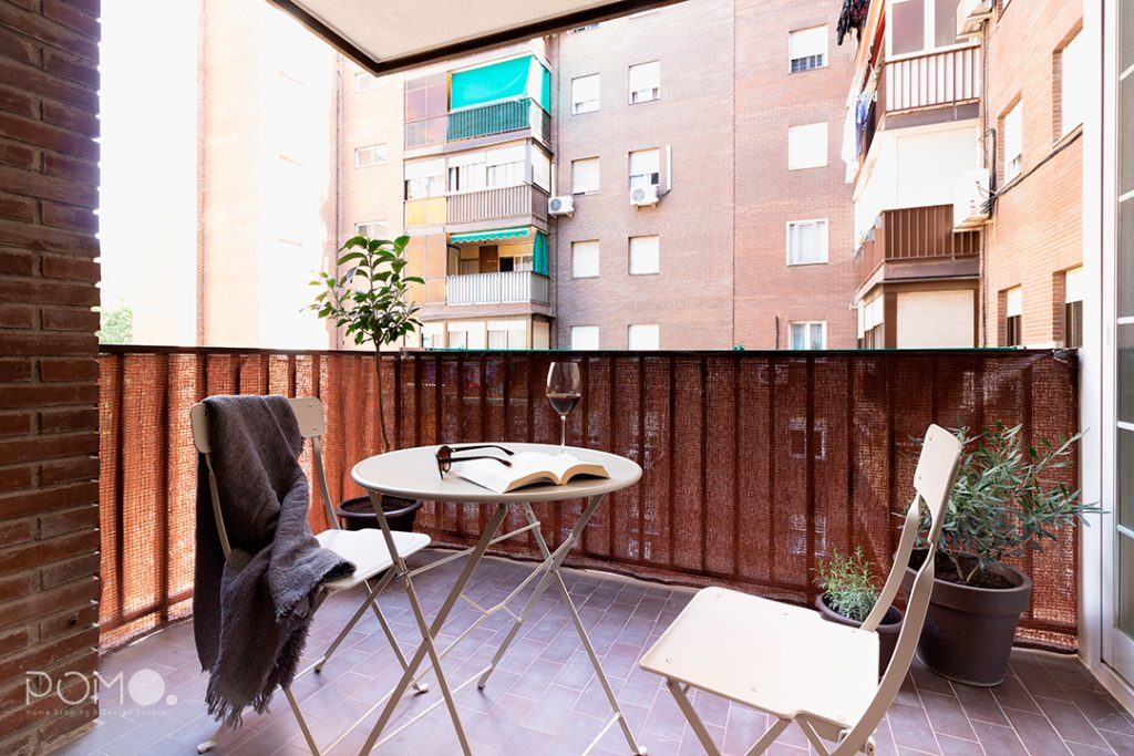 Home Staging en vivienda amueblada en Móstoles, Madrid. Relooking, puesta en escena y fotografía inmobiliaria. Terraza.
